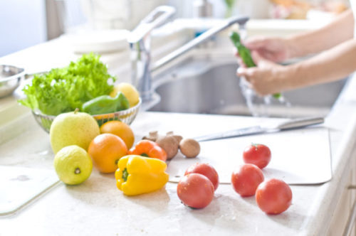 شستن میوه ها قبل از مصرف